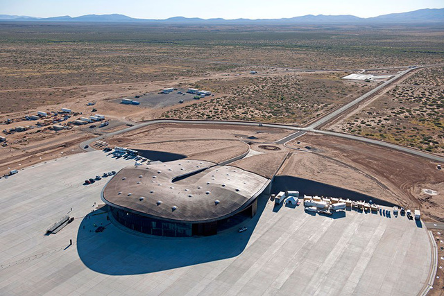 Fosterék az Új-Mexikói sivatagba is felhúztak egy beton és acél szerkezetes állomást, ami leginkább arról ismert, hogy itt található a világ első, kereskedelmi űrutazást kiszolgáló magán hangára is egyben.
