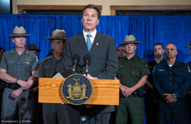 Andrew Cuomo New York állam kormányzója az elfogás követő sajtótájékoztatón