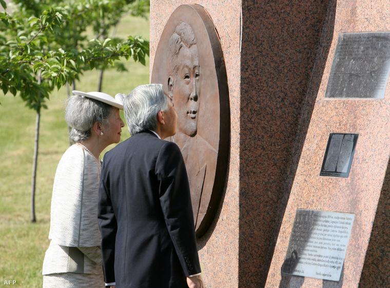 A japán császári pár Szugihara emlékművénél Vilniusban