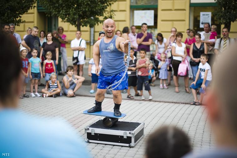 Hrisafis Gábor artista szórakoztatja a közönséget a Vidor Fesztiválon a nyíregyházi Kossuth téren