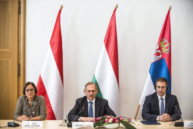 Johanna Mikl-Leitner osztrák Pintér Sándor magyar és Nebojsa Stefanovic szerb belügyminiszter
