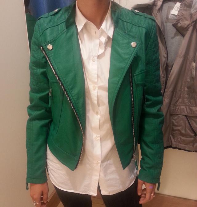C&A: 5590 forint a zöld műbőr dzseki. Már csak egy piros szoknya kéne és mehetnék is valami hazafias rendezvényre.