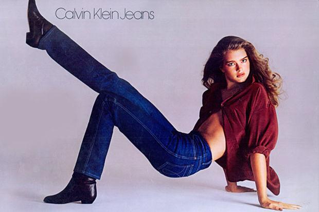 Állítólag ez a legszexibb és legikonikusabb kampány, ahol a 16 éves Brooke Shields pózol 1981-ben a Calvin Klein egyik farmerjában, és azt állítja: semmi nincs közte és a farmere között.