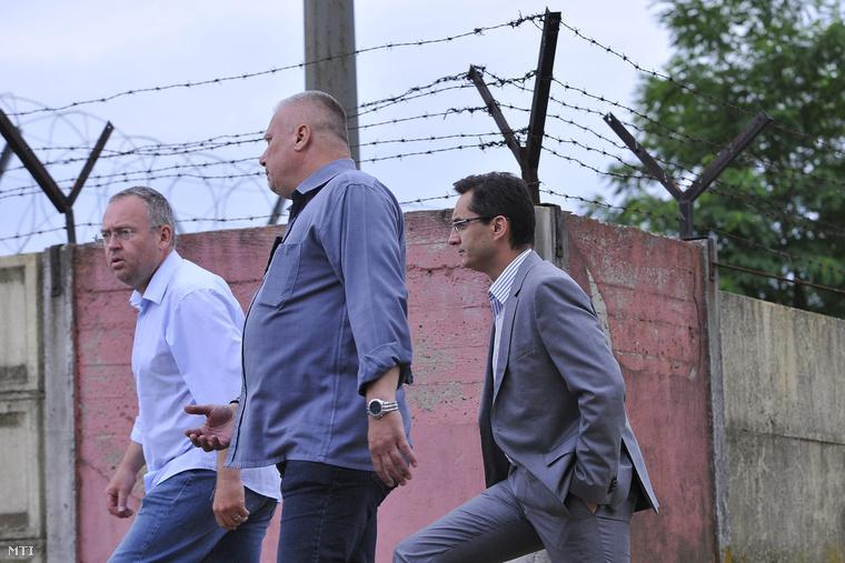 Rácz Róbert Hajdú-Bihar megyei kormánymegbízott Lingvay Csaba alezredes megyei főkapitány-helyettes és Papp László polgármester érkezik a debreceni migrációs tábor bejáratához 2015. június 29-én.
