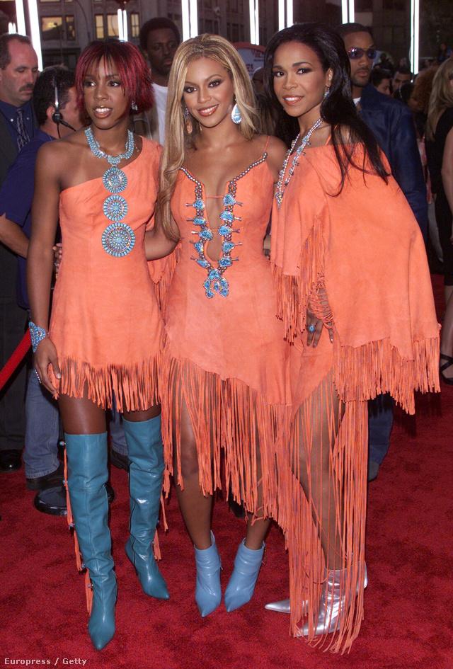 2001-ben lazac és kék színű rojtos ruhákban a Destiny 's Child tagjaként.