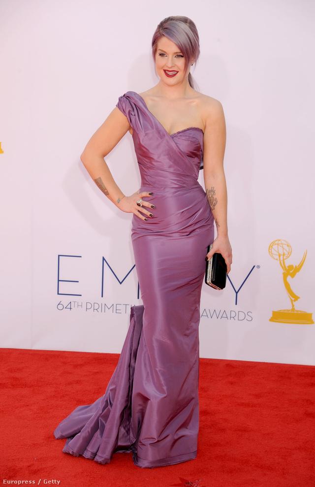 Halvány lila hajjal és a frizurához passzoló designerruhában a 2012-es Primetime Emmy Awardson.