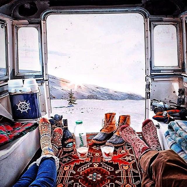 Trendin berendezett lakóbuszból mutathatjuk meg az elénk tároló panorámát az Instagramon.