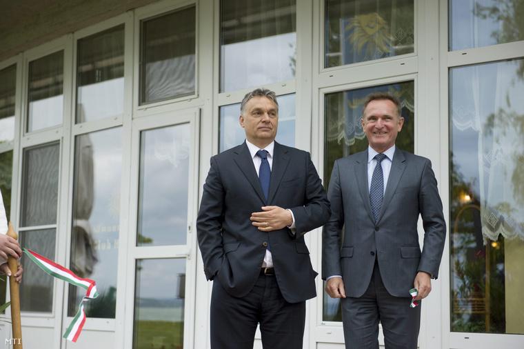 Orbán Viktor miniszterelnök (b) és Wáberer György, a Magyar Közúti Fuvarozók Egyesületének (KKFE) elnöke, a Waberer's International Zrt. elnök-vezérigazgatója a Waberer's új üzemi üdülőjének avatóünnepségén Balatonvilágoson 2015. május 28-án.