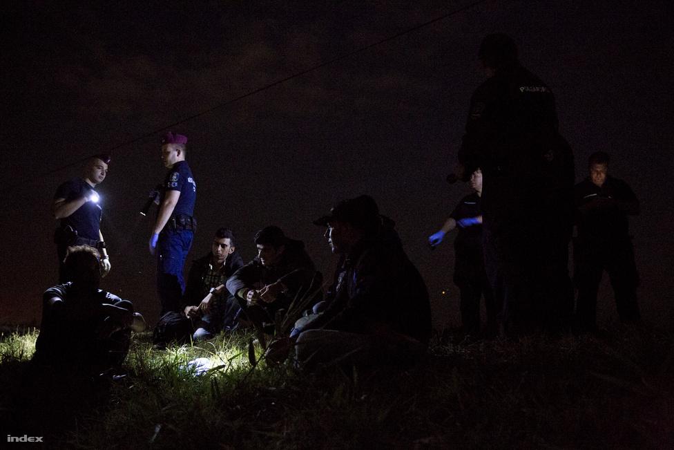 A magyar kormány a menekültellenes kampány elindítása óta azt kommunikálja, hogy az illegális migránsok döntő többsége nem politikai menekült, hanem gazdasági bevándorló. Ez az érvelés azért is sántít, mert a szírekről például nehéz azt feltételezni, hogy az anyagi jólét miatt menekülnek és nem azért, mert az Iszlám Állam vagy a szír állam terrorban tartja őket.