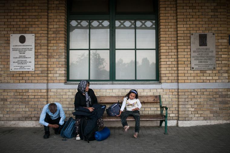 Egy afgán család az utolsó vonatra vár.