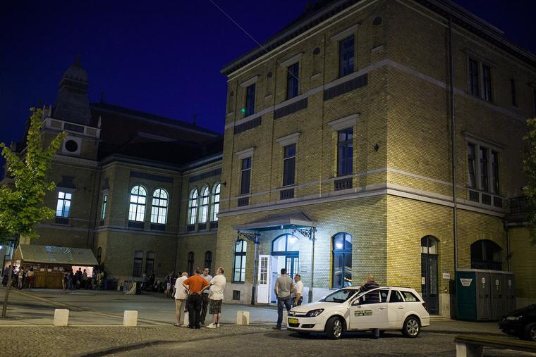 A polgármester utasítására kihelyeztt mobilvécék a taxisok közelébe kerültek.
