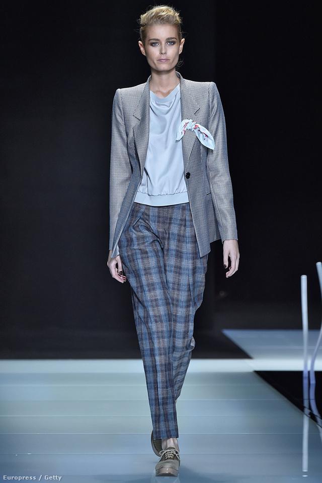 Kosztümös modell Armani milánói bemutatóján.