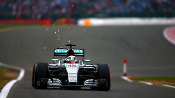 Hamilton rákapcsolt Silverstone-ban