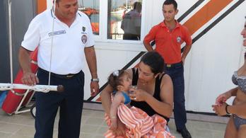 Egy kilométerre sodródott be a tengerbe egy 10 hónapos baba
