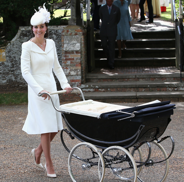 Katalin hercegné ismét Alexander McQueentől választott ruhát,  míg Charlotte hercegnő egy antik Silver Cross márkájú babakocsiban érkezett a keresztelőre.