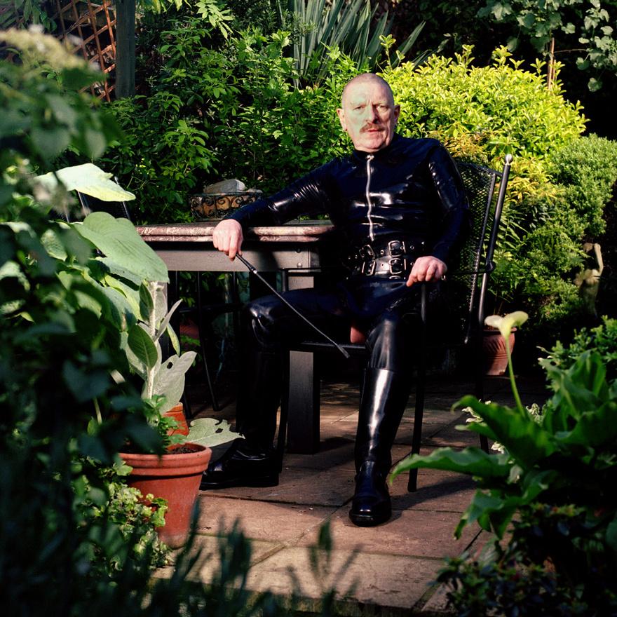 Sid Ellis a hírhedt szado-mazo Fist Club régi tagja, a képen épp a kertjében üldögél. Szabadidejében fétisklubokba jár vagy hímez, és rajong a középkori kárpitokért.