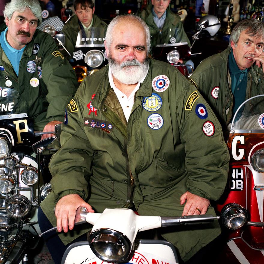 Az Odd Mod Squad tagjai a nevükhöz hű életvitelt folytatnak, idős tagjaik szállnak le Lambretta és Vespa-robogóikról. A nagyjából 50 fős tagság egy része még az eredeti mozgalom idejéből maradt és 60 felett van, a többiek a modoskodás újra divatba jövésekor csatlakoztak és még csak a húszas éveikben járnak. Minden évben arról beszélnek, hogy most újjáéled a mod szubkultúra, de ez számunkra semmit nem jelent. Mi soha nem is szálltunk ki belőle.