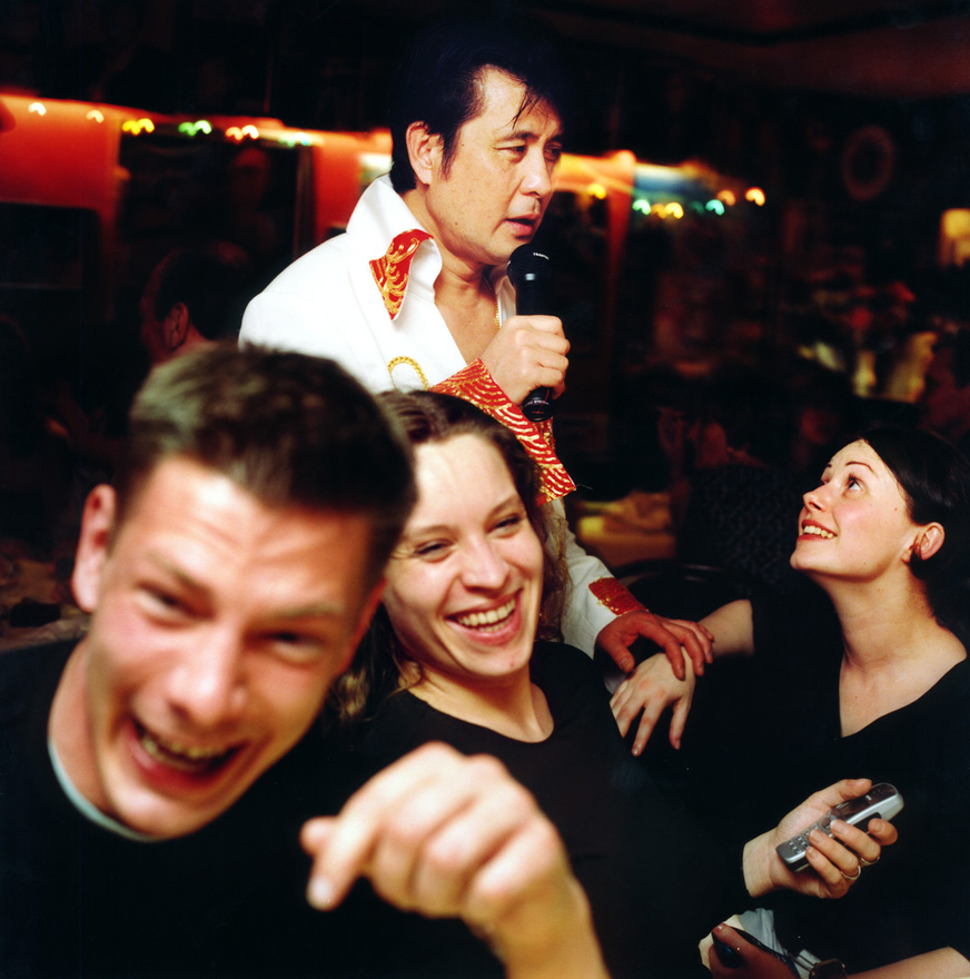 """Paul 'Elvis' Channek régebben volt egy Gracelnad Palace nevű kínai éttereme London Peckham negyedében, itt lépett fel esténként hobbiból Elvis-számokkal. Az étterem ma már bezárt, de az Elvis-létforma maradt, ma már mások helyein adja elő a produkcióját. """"Mikor énekelek, érzem ahogy átjár Elvis szelleme"""", meséli."""