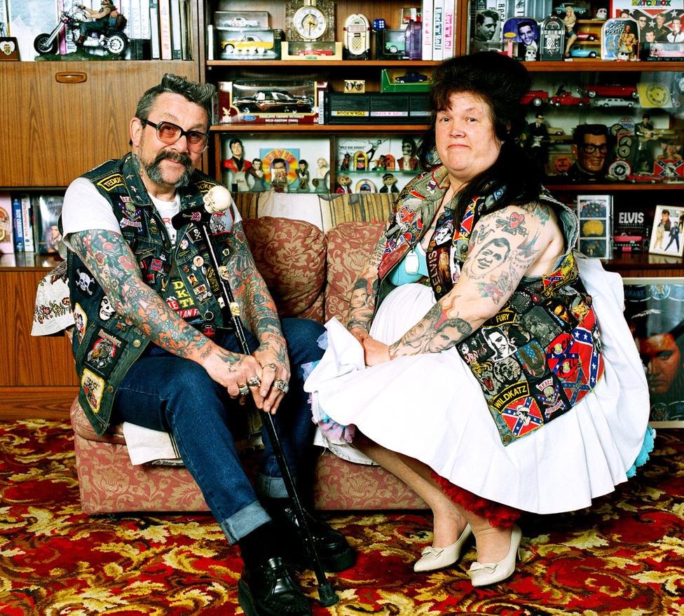 """Mick Warner és felesége, Peggy még ma is a Ted (más néven Teddy Boy) szubkultúrát követik, mindketten Tennessee Club aktív tagjai. Peggyt a legtöbben onnan ismerik, hogy van egy hatalmas Bill Haley-tetoválás a hátán.                          Mick meséli: """"Az Isle of Wight fesztiválon megláttunk egy Tedet két csajjal egy kávézóban. Megmutattam a srácot a gyerekünknek, és mondtam neki: """"ilyen akarsz lenni te is, fiam!"""". És hát így is lett. Nem mi kényszerítettük. Tetszett neki, és elkezdte ő is rázni. Mondjuk ma már nem csinálja. Bár mindig belőttük a hajunkat és felhúztuk a cuccainkat, már mi is túl öregek vagyunk ahhoz, hogy rázzuk. Régen mindig lassúztam Peggel, de ma már azt sem bírom a hátam miatt."""""""