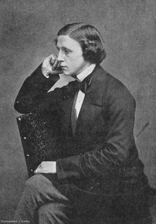A képen Lewis Carroll, azaz Charles Lutwidge Dodgson látható, aki megírta az Alíz csodaországban című könyvet.