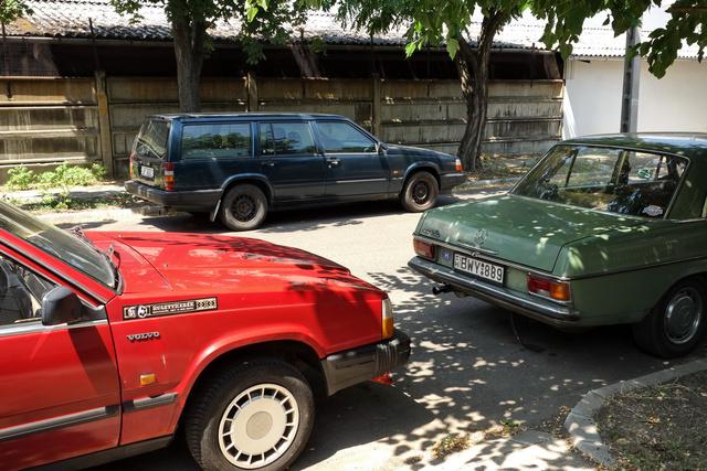 Érdekes, amióta Vasfog eladósorban van, ez a 7-es kombi állandóan az utcánk túloldalán parkol. Nincs ott ház, csak egy hosszú betonkerítés, nem is a Volvo-kereskedőé kicsit odébb. Vajon arra vár, hogy ő legyen a következő projekt? De hiszen az lehetetlen, egész biztos nem Volvo lesz...