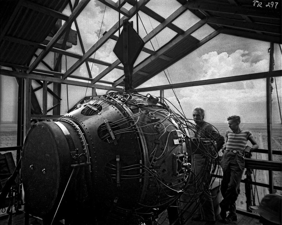 A Szerkentyű a 30 méteres torony tetején a robbantás előtt, a szerelést felügyelő Norris Bradburyvel együtt.