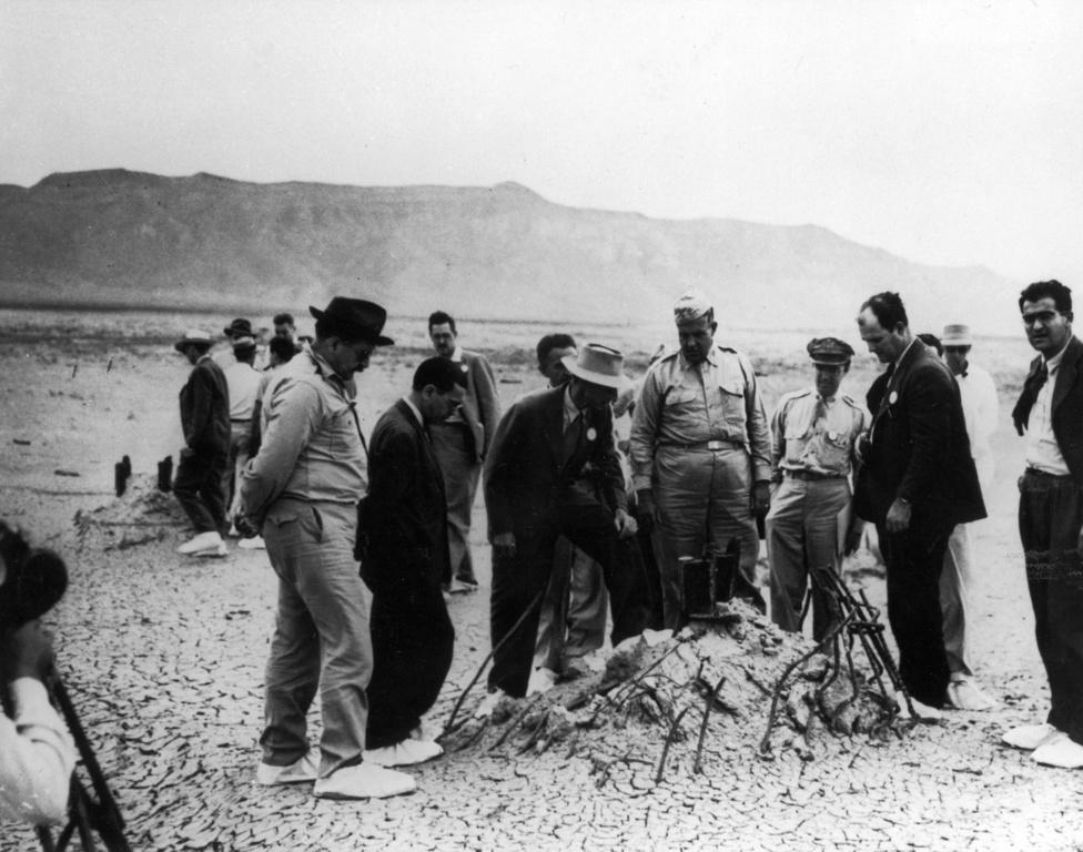 Oppenheimer, más kutatók és magas rangú katonatisztek vizsgálják, mi maradt a robbantás után a toronyból.