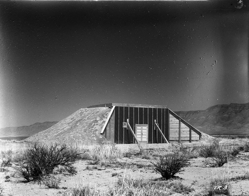 Betonnal és földdel megerősített fa megfigyelőpont a robbantástól 10000 yardra, vagyis 9144 méterre. A megfigyelők többsége, például Oppenheimer is egy 16 kilométerre lévő pontról nézte a robbantást, a meghívott vendégek még ennél is messzebb, mintegy 30 kilométerre voltak.