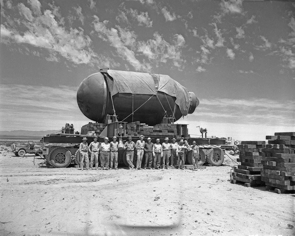 A Jumbo szállítás közben, a képen a robbantásban részt vevő munkások.