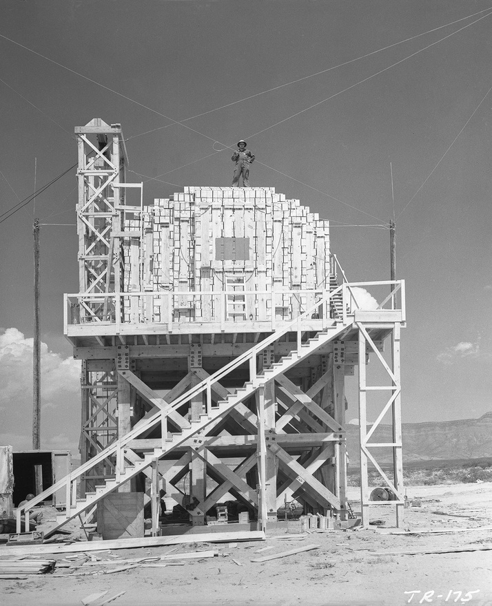 Hogy az atomrobbanás erejét pontosan mérjék, a tudósok egy próbarobbantással kalibrálták a műszereket: 100 tonna TNT-t helyeztek ki egy favázas platformra.