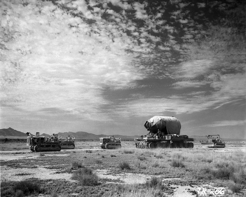 A plutóniummagot a sikertelen robbanás esetén elméletileg összegyűjtő, Jumbo nevű betonacél tároló az új-mexikói sivatagban. A védőköpeny azért kellett, hogy ha valami nem a tervek szerint megy, a drága plutónium ne feltétlenül vesszen kárba.