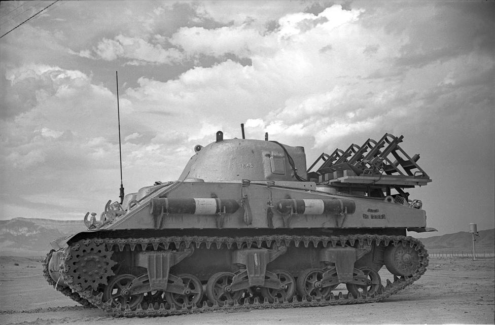 A radioaktív szennyezést összegyűjtő, különleges ólomborítással ellátott M4 Sherman tank.