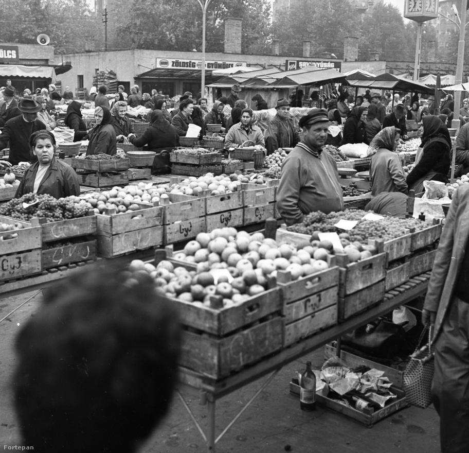 """A szabadtéri Lehel piac évtizedekig hódított olcsó áraival és vasárnapi nyitva tartásával. A sok Pest környéki őstermelő igazi versenyt teremtett, ezért voltak a mérsékelt árak. Zárás előtt különösen meredeken csökkentek. Sok igazi bolgárkertész is árult a piacon. Sokan emlékeznek az egzotikusnak ható névre: """"Denev-Penev Jorgó"""". Aztán az illető halála után módosítottak a tábla elején és végén: Özv. Denev-Penev Jorgóné. A piac szélén zárt pavilonsor volt, az egyikben kitűnő hentes működött. A hentes felfirkantotta az árat egy papírra a füle mögött tárolt ceruzával, aztán mehetett az ember újra sorba állni a kaszírnőhöz. De a húsokkal nem volt baj."""