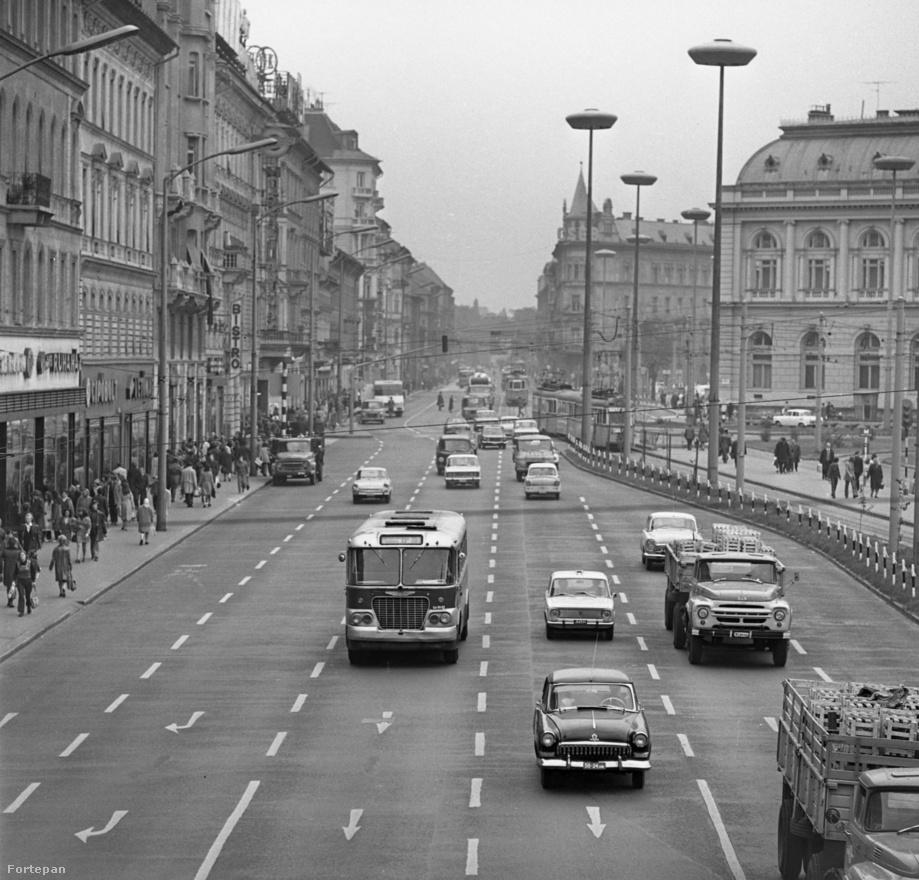 A Baross tér se volt valami forgalmas a centenárium idején. És lehetett olyan képet csinálni fényes nappal, hogy egyetlen nyugati márkájú autó se kerüljön rá. Volga, Zsuguli, Lada, Trabant, Skoda, Zil teherautó, Barkas kisbusz. És azok a borzalmas színek! Azt mindig is tudni lehetett, hogy jó autót gyártani nehéz dolog… De kellemes színeket kikeverni – hát az nem egy ördögien nehéz feladat. A Baross teret néhány éve alakították át, ekkor kerültek ide a nagyon magas, esetlen gomba formájú lámpák.