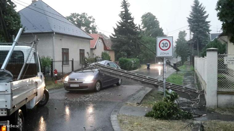 A XVI. kerületben, a Csömöri út egyik keresztutcájában oszlop dőlt egy autóra