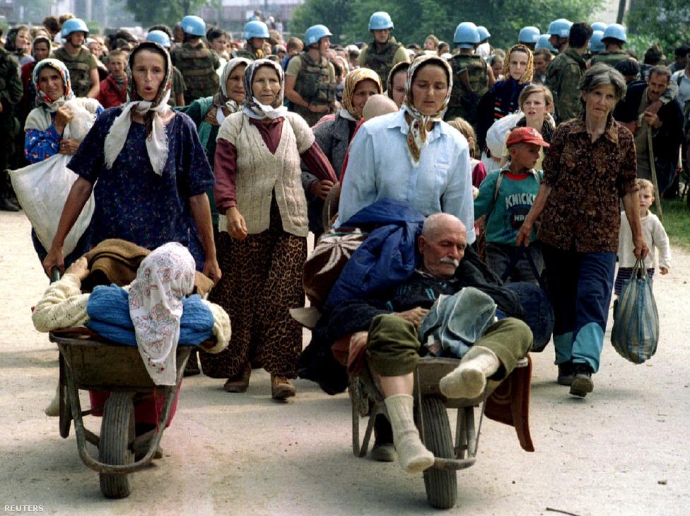 Srebrenicai menekületek igyekeznek Potocari felé, ahonnan majd buszokkal elszállítják őket a bosnyákok által irányított területekre.                         Abban nagyjából mindenki egyetért, hogy a 20 évvel ezelőtt Srebrenicában történtek – több mint 8000 ezer muszlim férfi és fiú kivégzése és tömegsírba temetése – a második világháború óta a legdurvább tömeggyilkosság volt Európában. Abban azonban, hogy lehet-e ezt az eseményt népirtásnak nevezeni, és, hogy a boszniai szerb a szerb politikai és katonai vezetésen kívül kiknek a felelőssége, hogy mindez megtörténhetett, máig nincs egyetértés. Pedig ez utóbbi kérdés koránt sem egyértelmű:  a Guardian egy cikke szerint Srebrenica szerb kézre kerülése a nyugati nagyhatalmak, Nagy-Britannia, Amerika és Franciaország tudatos startégiájának része volt, és az azt követő események sem voltak számukra annyira váratlanok és sokkolóak, ahogy azt akkor állították.