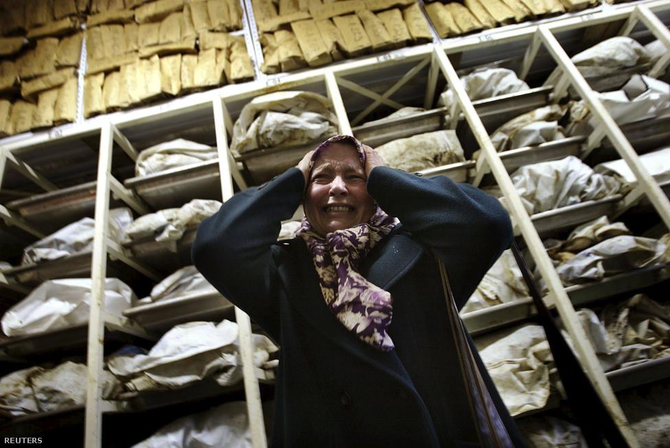 Srebrenciai tömegsírokból kiásott maradványok előtt zokog egy nő egy azonosító központban.                         Húsz évvel ezelőtt  Július 11-én Mladics és a boszniai szerb hadsereg katonái dicsősgesen mosolygva vonultak végig Srebrenica utcáin. A békefenntartók vezetője pertut ivott Mladiccsal, majd leültek megtárgyalni, mi legyen a civil lakosság sorsa. Azt beszélték, meg hogy a bosznia szerb hadsereg buszokkal gondoskodik a civilek bosnyák területekre szállításáról. Ehhez az ENSZ 30 ezer liter benzint is biztosított Mladicséknak, akik később arra használták fel az üzemanyagot, hogy a kivégzőosztagok elé szállítsák a férfiakat és fiúkat, illetve ezzel a benzinnel töltötték meg a tömegsírokat kiásó munkaképeket.