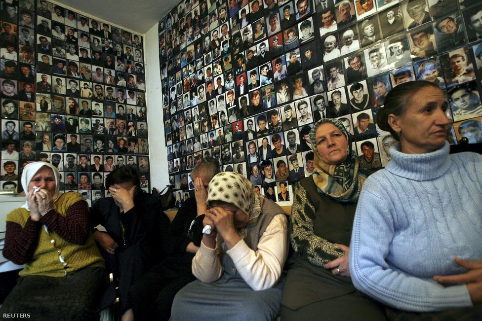 """A még nem azonosított áldozatok képei előtt ülve nézik az ICTY egyik tárgyalását srebrenicai nők.                         A 8372 eltűnt személy közül eddig körülbelül 7100-nak a holttestét sikerült azonosítani a tömegsírokban talált maradványokból. A mészárlás után a boszniai szerbek katonai vezetése elrendelte a tömegsírok kinyitását és a testek elszórtabb újratemetését, hogy így próbálják elrejteni, ami történt. A sírnyitást és az újratemetést bullózerekkel végezték, ezért sok holttest a darabjaira hullot és különböző sírokba került.                         """"Mi vagyunk az első generáció az egész emberi civilizáció történetében, amely újra kiásott sírokat és szétszórta a holttesteket. Ilyet még soha senki nem csinált"""" – mondta Amor Masovic, a srebrenicában eltűntek aznosításáért felelős intézmény vezetője. Olyan holttest is volt, aminek a darabjait öt különböző helyen találták meg, egymástól több mint 30 kilométer távolságra"""