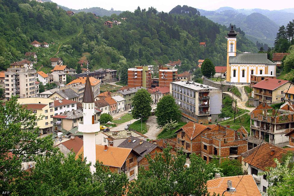 A háború után nagyon sok bosnyák tért vissza Srebrenicába, ezért a város jelenleg bosznia szerb részének az egyik legvegyesebb etnikumú városa, ráadásul bosnyák polgármesterrel. A helyi szerbek nem szeretnek az 1995-ös eseményekről beszélni, de ha mégis szóba kerül, leginkább kétségbevonják, hogy valóban megtörtént-e, és ha igen, akkor tényleg ennyi áldozat volt-e. Az önkormányzat szerb képviselői nem mennek el a hivatalos megemlékezésekre, azt mondják, majd akkor ha elmennek, ha a bosnyákok is megtisztelik a háború szerb áldozatait.