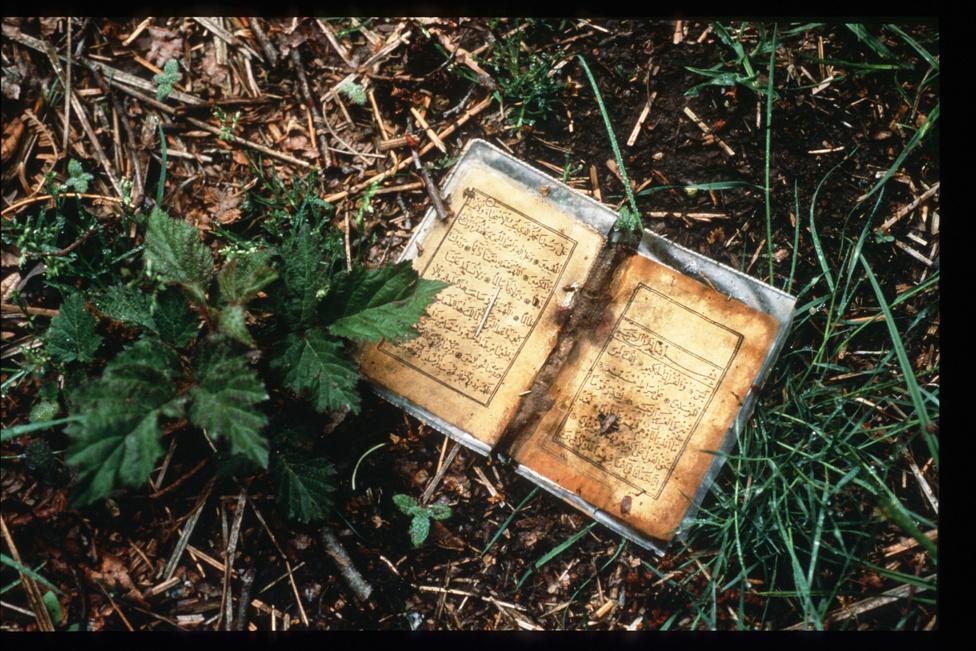 """Ezt az ígéretet azonban csak egy ideig tartották be. A folyamatos támadás alatt várost az ENSZ egy 1993-as határozata """"biztonságos területté"""" nyilvánította, és a döntés után két nappal, április 18-án megérkeztek az első békefenntartók Srebrenica mellé, Potocariba.  Az UNPROFOR vezetői és Mladics megegyeztek, hogy a bosnyákok beszolgáltatják a fegyvereiket, cserébe a boszniai szerb hadsereg visszavonja a területről a nehézfegyvereit. Ezt az egyezményt kezdtektől egyik fél sem tartotta be, bár az UNPROFOR katonái sok srebrenicaitól valóban elvette a fegyverét.                          A nemzetközi közösség tudta, hogy mennyire rossz helyzetben van Srebrenica. Az azóta nyilvánosságra hozott táviratok, illetve a volt jugoszlávia ügyeivel foglalkozó nemzetközi büntetőbíróságon (ICTY) tett tanúvallomások szerint a britek, az amerikaiak és a franciák már jóval azelőtt elfogadták,  hogy a srebrenciai és a két szomszédos """"biztonságos terület"""" fenntarthatatlan, hogy Mladics csapatai elfoglalták volna a várost. Ezt a meglátásukat többször is felhasználták érvként amellett, hogy a békéért – azaz egy szerbek számára is elfogadható határtervezetért - cserébe át kellene adni Srebrenciát és a környező területeket a szerbeknek."""
