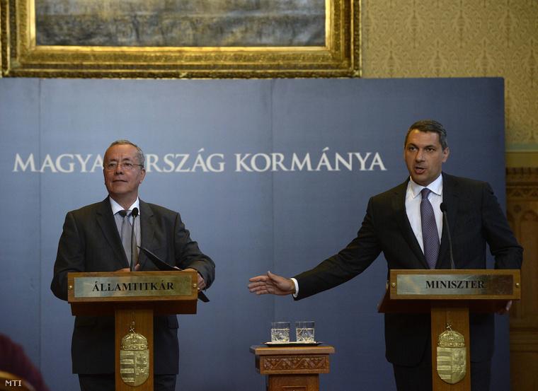 Lázár János a Miniszterelnökséget vezető miniszter (j) és Bakondi György a miniszterelnök belbiztonsági tanácsadója.