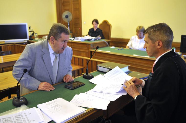 Kiss Ernő és üdvédje, Molnár Csaba a Fővárosi Törvényszék tárgyalótermében, 2015. július 10-én.