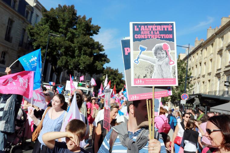 Melegházasság ellen tüntetők Párizsban