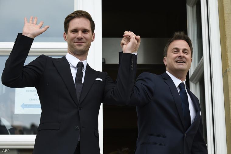 Xavier Bettel (jobbra) férjével, a belga építész Gauthier Destenayval