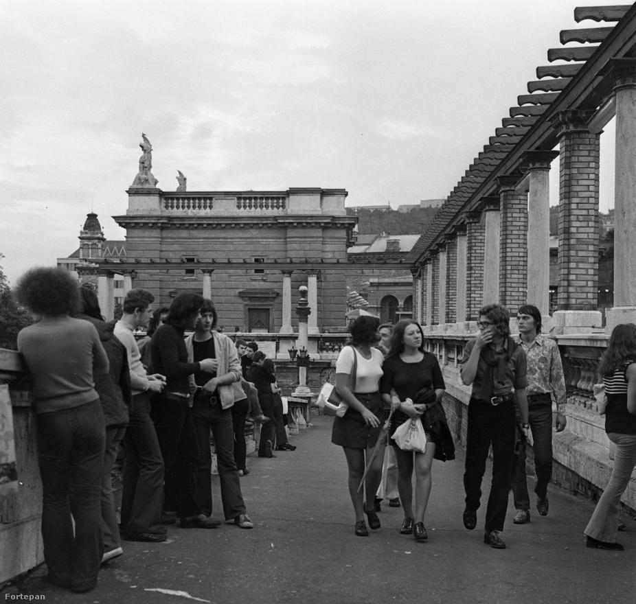 """A legendás Ifjúsági Park a Várkert Bazárban. 1961. augusztus 20-án nyílt meg, eredetileg igen mereven szabályozták a viselkedést. """"Belépés csak 18 éven felüli fiúk és 16 éven felüli lányok részére, nyakkendőben, világos ingben, zakóban. Vászonnadrágban a belépés tilos. Kitiltást eredményeznek a következő kihágások: Ízléstelen táncolás, nem twist számra történő twistelés, egy lánnyal több fiú twistelése, fiúk egymás közti twistelése, és más, feltűnést keltő viselkedés.""""Ez a kép a bizonyság rá, hogy ezen sokat lehetett lazítani… Zakót és nyakkendőt ekkor már mutatóba se lehetett látni. 1984-ben az Ifiparkot egy baleset miatt – egy búcsúfesztivált követően – bezárták. Egy évre rá megnyílt a Petőfi Csarnok."""
