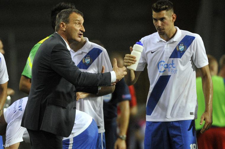 László Csaba az MTK vezetőedzője (b) és Bese Barnabás a labdarúgó Európa Liga-selejtezőjének első fordulójában játszott MTK Budapest - FK Vojvodina mérkőzésen.