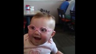 Több mint 18 milliószor örültek már ennek a szemüveges csecsemőnek