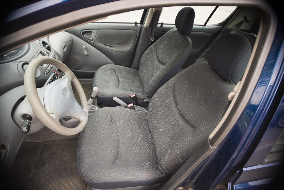 Az ülések elég tragikus állapotban vannak, de mint kiderül, ez már a második garnitúra, ami egy faceliftes, 2004-es Yarisból származik. Úgy is mondhatnánk, nem ebben az autóban kopott meg ennyire, viszont az előző vezetőülés gyakorlatilag elporladt.