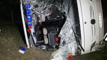 Tizenegy mentőautó kellett az M5-ösön felborult buszhoz
