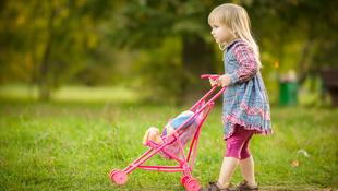 Csak a babázástól nem lesz okosabb a lányod